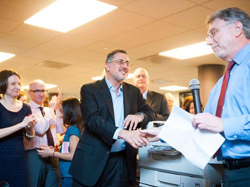 Phóng viên Barton Gellman (giữa) của The Washington Post nhận sự chúc mừng sau khi giải Pulitzer công bố Ảnh: EPA