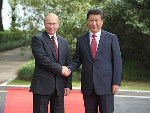Tổng thống Nga Vladimir Putin (trái) và Chủ tịch Trung Quốc Tập Cận Bình ở Thượng Hải ngày 20-5 Ảnh: KREMLIN