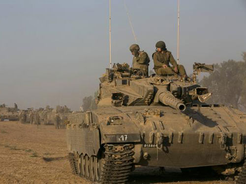 Xe tăng Israel bên ngoài Dải Gaza hôm 10-7Ảnh: REUTERS