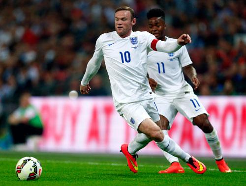 Rooney (10) là đội trưởng nhưng Sterling (phải) mới là niềm hy vọng lớn nhất của hàng công tuyển Anh Ảnh: REUTERS