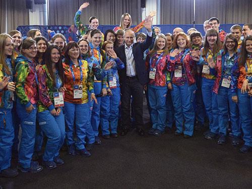 Tổng thống Vladimir Putin (giữa) và các tình nguyện viên ở Sochi Ảnh: THE MOSCOW NEWS