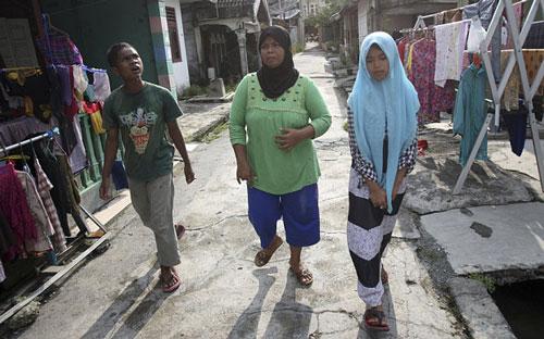 Bà Jamaliah (giữa) và 2 người còn vừa đoàn tụ Ảnh: AP