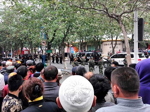 Nhiều người vây quanh hiện trường - nơi được cảnh sát phong tỏa sau vụ nổ Ảnh: REUTERS