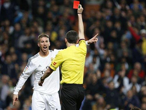 Trọng tài Undiano đã nặng tay khi phạt thẻ đỏ S. Ramos dù pha phạm lỗi của anh với Neymar không nguy hiểm Ảnh: EFE