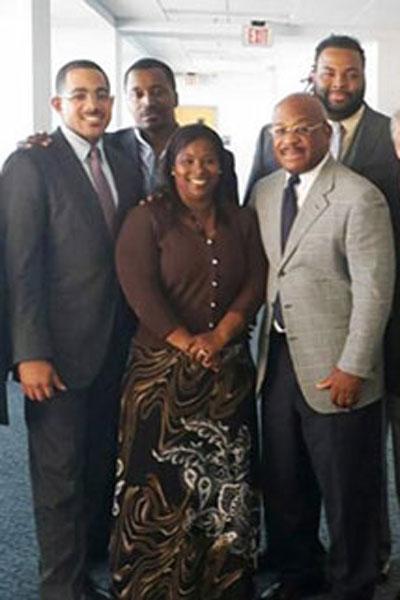 Bà Cynthia Robinson cùng nhóm hỗ trợ pháp lý của mình Ảnh: NEW YORK DAILY NEWS