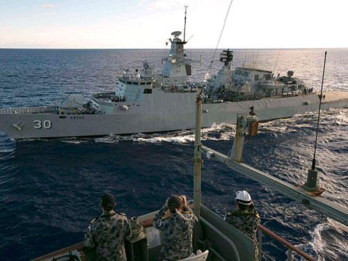 Tàu Úc tham gia chiến dịch tìm kiếm chiếc máy bay mất tích hôm 7-4 Ảnh: Reuters