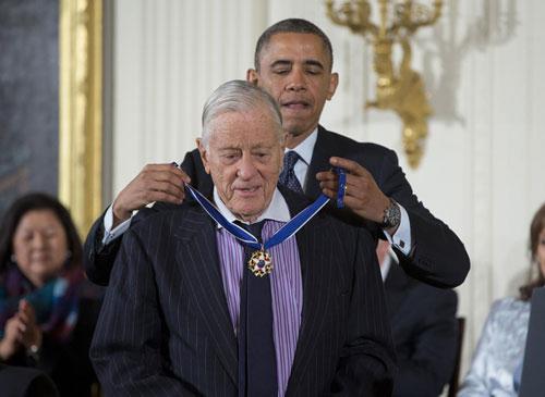 Ông Benjamin C. Bradlee được Tổng thống Barack Obama trao Huy chương Tự do ngày 20-11-2013 Ảnh: AP