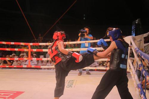 Tuyết Mai (trái) chiến thắng trong trận chung kết hạng cân 54 kg nữ  Ảnh: NGỌC LINH