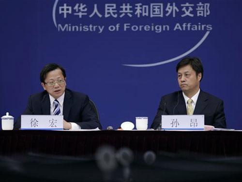 Ông Từ Hồng (trái) cho biết Trung Quốc đang cân nhắc kiện những kẻ bị tình nghi là tội phạm kinh tế bỏ trốn ra nước ngoài. Ảnh: AP