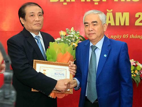 Quyền Chủ tịch VFF Lê Hùng Dũng (phải) trao tặng kỷ niệm chương cho nguyên Chủ tịch VFF Nguyễn Trọng Hỷ  Ảnh: Hải Anh