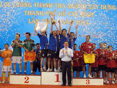 Trao giải cho các đội thành tích cao ở môn bóng đá mini