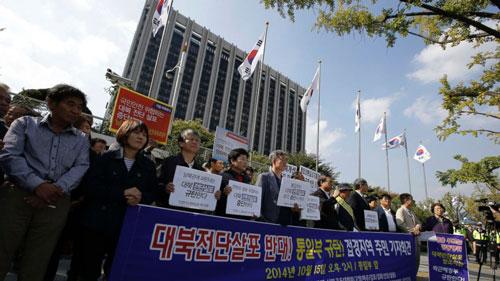 Cư dân Hàn Quốc ở khu vực biên giới kêu gọi các nhóm hoạt động ngừng thả tờ rơi chống Bình Nhưỡng tại Seoul hôm 15-10  Ảnh: AP