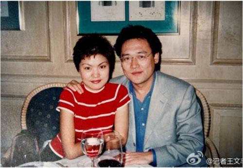 Tấm ảnh cho thấy Tống Lâm khá thân mật với một phụ nữ do nhà báo Vương đăng tải trên Weibo Ảnh: 163.COM
