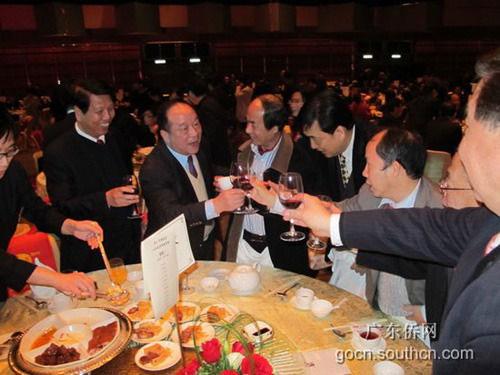 Các quan chức tỉnh Quảng Đông tổ chức ăn mừng cuối năm 2013 Ảnh: 163.COM