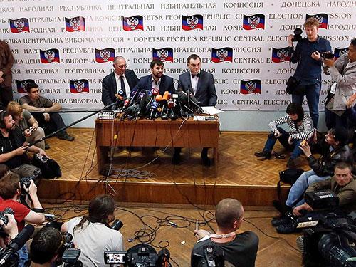 Họp báo về kết quả trưng cầu dân ý ở Donetsk Ảnh: REUTERS