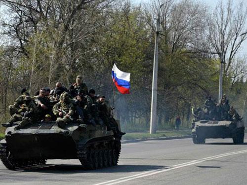 Xe bọc thép của quân đội Ukraine chuyển sang ủng hộ lực lượng đòi liên bang hóa đất nước tại Kramatorsk hôm 16-4 Ảnh: REUTERS