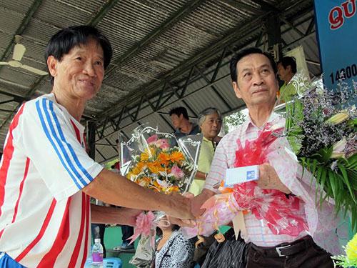 Cựu cầu thủ Hồ Thanh Cang (phải) tặng hoa mừng nhân sinh nhật cựu HLV Phạm Huỳnh Tam Lang