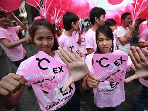 Giới trẻ Bangkok - Thái Lan cảnh báo không dùng tình dục để chứng minh tình yêu trong ngày Valentine Ảnh: THE BANGKOK POST