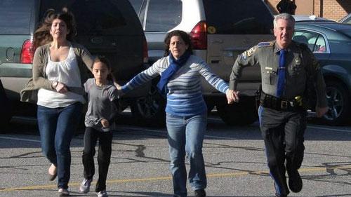 Một học sinh và 2 phụ nữ thoát khỏi Trường Tiểu học Sandy Hook trong vụ xả súng năm 2012 Ảnh: AP