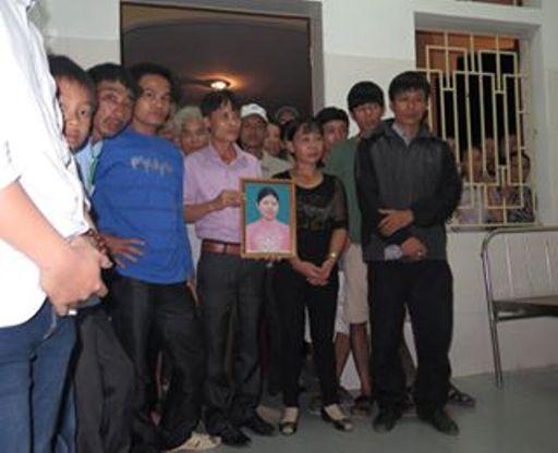 gia đình cầm theo di ảnh chị Hiền đến trạm xá