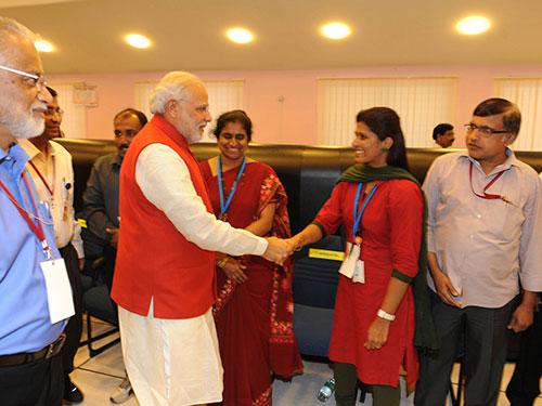 Ảnh: Thủ tướng Ấn Độ Narendra Modi chúc mừng các nhà khoa học tại trụ sở ISRO. Ảnh: REUTERS