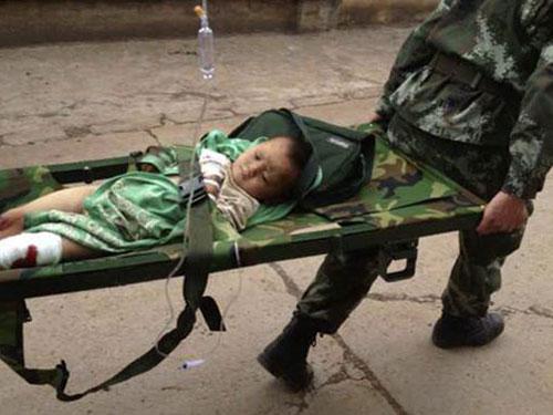 Một em bé bị thương được đưa đi cấp cứuẢnh: REUTERS