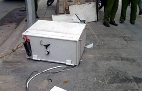 Két sắt bên trong cây ATM bị lôi ra ngoài vỉa hè