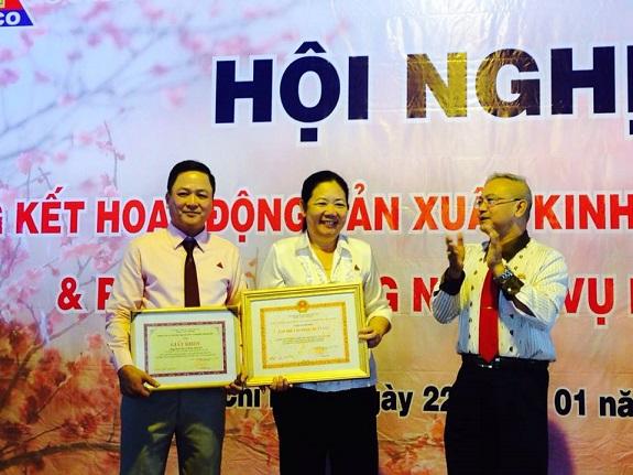 Ông Trần Thành Nam - Phó Tổng giám đốc Tổng Công ty trao tặng bằng khen Công ty CP TM DV Cần Giờ