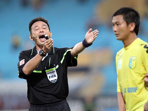 Trọng tài Võ Minh Trí không lọt vào danh sách đề cử vì không đạt đủ số trận cầm còi Ảnh: Hải Anh