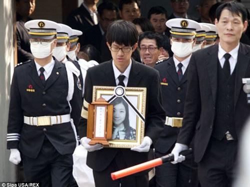 Đám tang một nữ sinh thiệt mạng trong vụ chìm tàu tại thành phố Ansan hôm 20-4Ảnh: Daily Mail