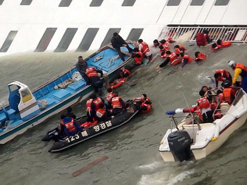 Trong lúc nhân viên cứu hộ nỗ lực cứu người thì thủy thủ đoàn tàu Sewol đã bỏ mặc họ Ảnh: AP