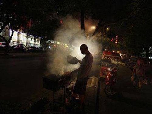 Một quầy thịt nướng ở Bắc Kinh Ảnh: Reuters