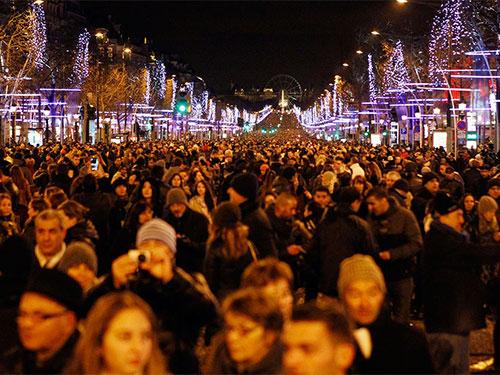 Người Pháp mừng năm mới 2014 tại Paris. Ảnh: AP