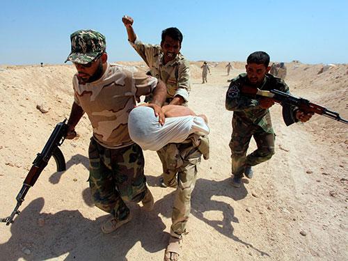 Binh sĩ Iraq tham gia huấn luyện để chuẩn bị chiến đấu chống lại nhóm IS tại tỉnh Najaf Ảnh: Reuters