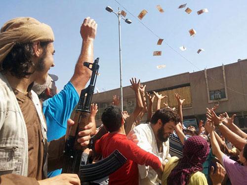 Phiến quân ở Raqqa mừng rỡ sau khi tổ chức Nhà nước Hồi giáo chiếm được căn cứ Tabqa Ảnh: AL JAZEERA