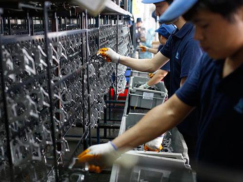 Nhiều lao động nước ngoài đang làm việc trong một môi trường khắc nghiệt tại Malaysia. Ảnh: Reuters