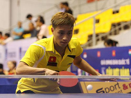Tay vợt Nguyễn Anh Tú (Việt Nam A) tóc cắt cực mốt, nhuộm vàng hoe, nhìn khá xa lạ ở môi trường thể thao trọng tài năng hơn là hình thức Ảnh: Đào Tùng