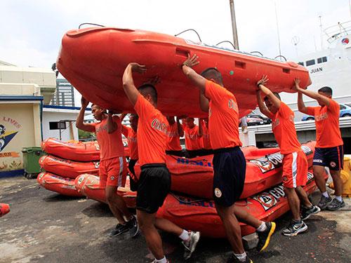 Lực lượng tuần duyên Philippines chuẩn bị đối phó với bão Rammasun Ảnh: Reuters