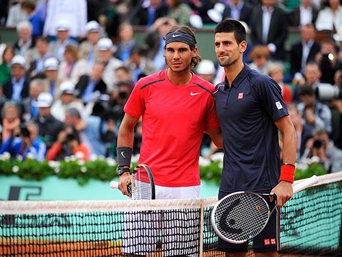 Djokovic (phải) đang có cơ hội rất lớn để lật đổ Nadal trên mặt sân đất nện ở Roland Garros Ảnh: REUTERS