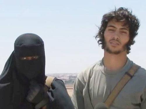 Khadijah Dare (trái), một phụ nữ người Anh, và chồng - một tay súng IS Ảnh: standard.co.uk/