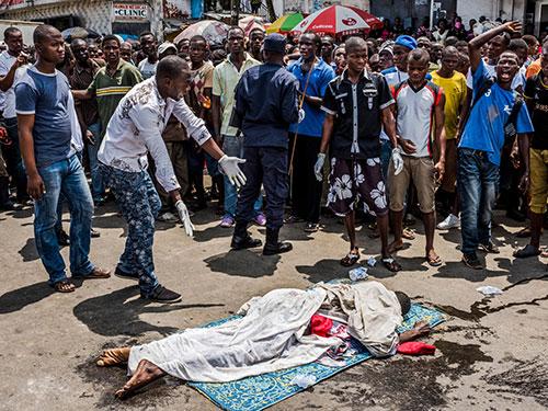 Thi thể một người được cho là tử vong vì Ebola nằm ngoài đường ở Monrovia - Liberia hôm 15-9 Ảnh: The New York Times
