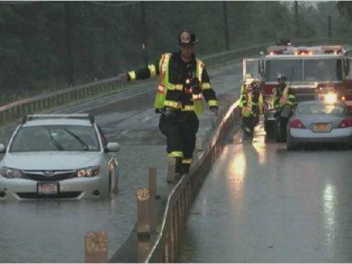 Lũ lụt tấn công làng Pleasantville, hạt Westchester ở bang New York chiều tối 14-7 Ảnh: NBC NEWS