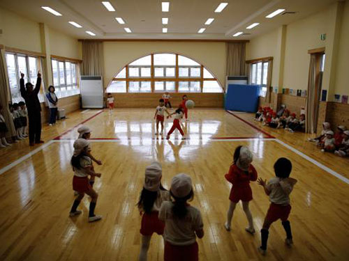 Trẻ em chơi đùa bên trong nhà trẻ Emporium ở Koriyama Ảnh: Reuters