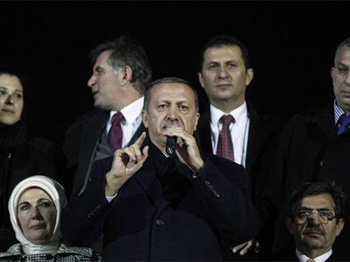 """Thủ tướng Thổ Nhĩ Kỳ Recep Tayyip Erdogan đáp trả mạnh mẽ """"âm mưu bẩn thỉu"""" chống lại chính phủ của ông Ảnh: REUTERS"""