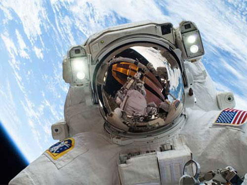 """Phi hành gia Mike Hopkins trong tấm ảnh """"tự sướng đỉnh cao""""  với trái đất làm nền Ảnh: NASA"""
