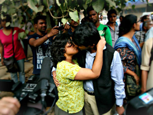 Người biểu tình hôn nhau tại New Delhi Ảnh: worldcrunch.com