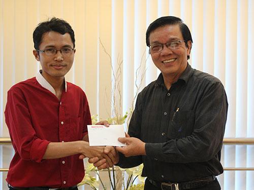 Phó Tổng Biên tập Báo Người Lao Động Nguyễn Văn Tín trao thưởng cho bạn đọc Nguyễn Phan Chính chiều 13-6