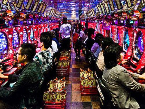 Một trong những nguyên nhân dẫn đến tình trạng nhiều người dân Nhật nghiện cờ bạc là sự phổ biến của các tiệm pachinko. Ảnh: Sultanknish.blogspot.com