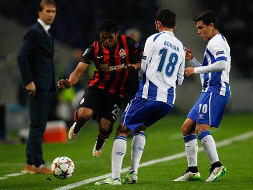Tiền vệ Douglas Costa của Shakhtar đi bóng qua 2 hậu vệ Porto ở vòng bảng Champions League mùa này Ảnh: REUTERS