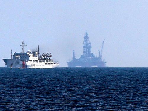 Giàn khoan và tàu Trung Quốc hoạt động trái phép trong vùng biển Việt Nam Ảnh: Asahi